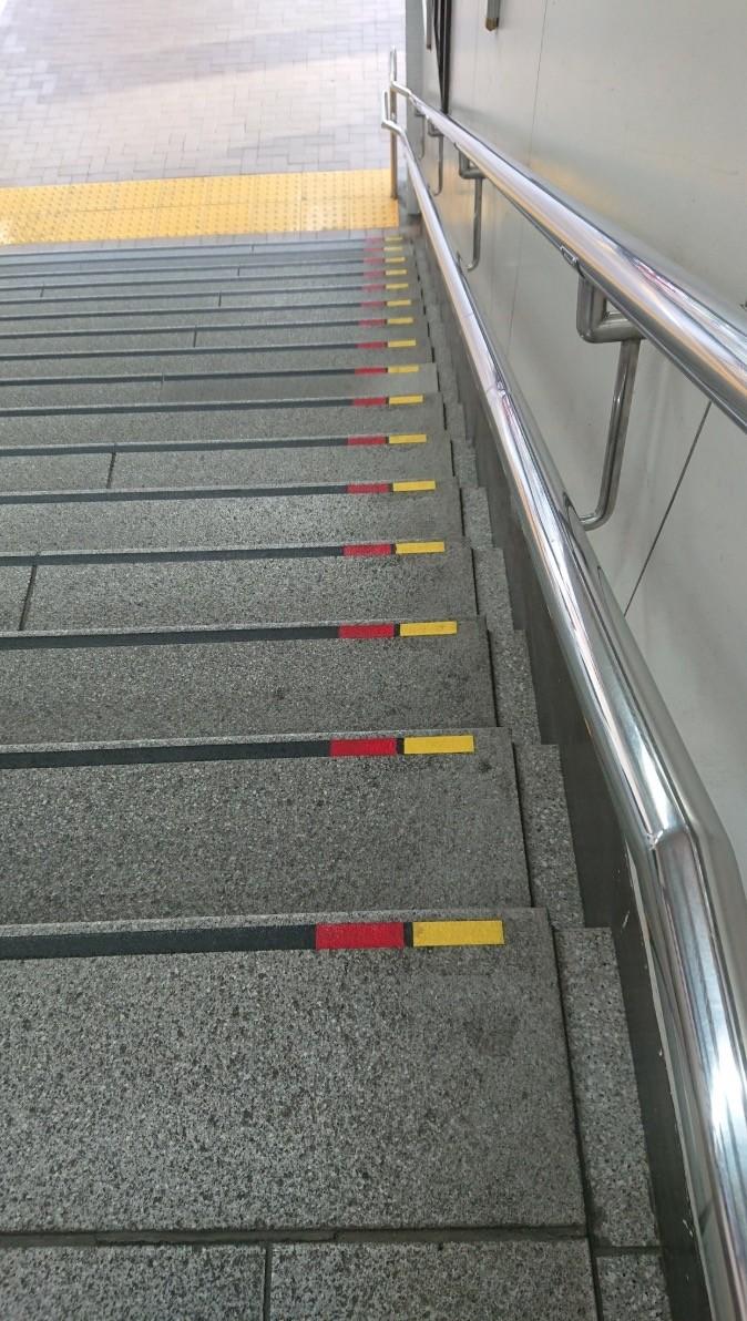 點解日本樓梯有「紅、黃」標記?2